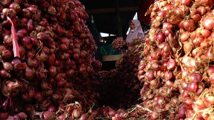 Warga mengumpulkan bawang merah yang sudah dipanen di Desa Cakke, Kabupaten Enrekang, Sulawesi Selatan, Minggu (30/5/2021). Harga bawang merah jenis super musim panen saat ini sebesar Rp18 ribu per kilogram lebih rendah dari musim panen sebelumnya yang mencapai Rp27 ribu per kilogram di tingkat petani. ANTARA FOTO/Akbar Tado/wsj.
