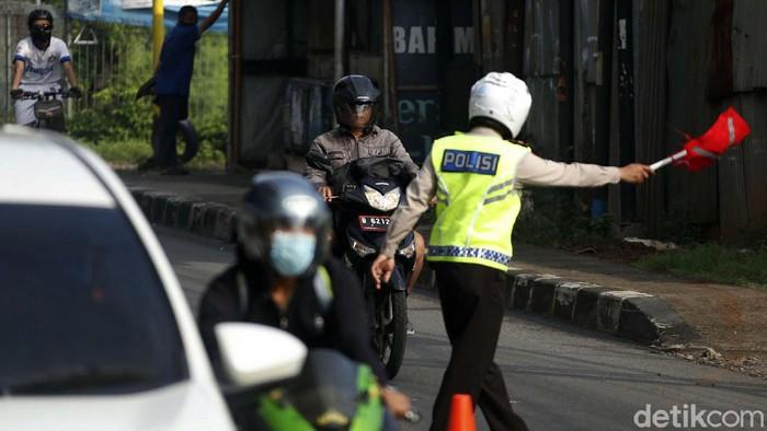 Razia masker digelar di Jalan Kalimalang Raya, Minggu (30/05/2021). Untuk menghindari razia, seorang pemotor yang tidak bermasker hampir menabrak polisi.