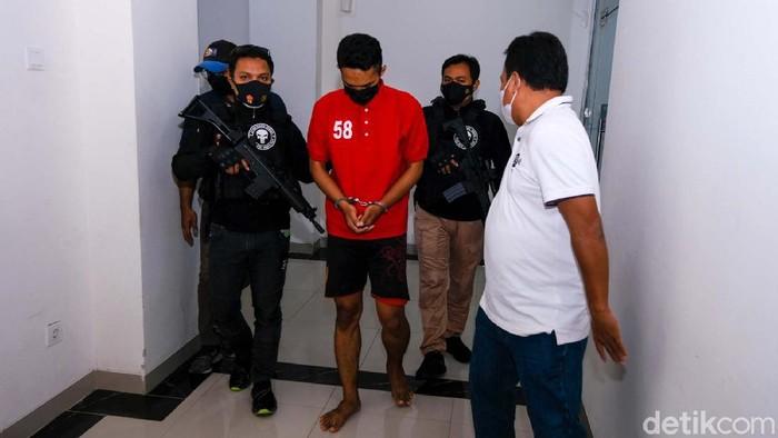Polisi menangkap AA (22), pembunuh wanita berinisial IW (31) di sebuah kamar hotel di Menteng, Jakarta Pusat. Begini tampang pelaku pembunuhan saat dipamerkan polisi.
