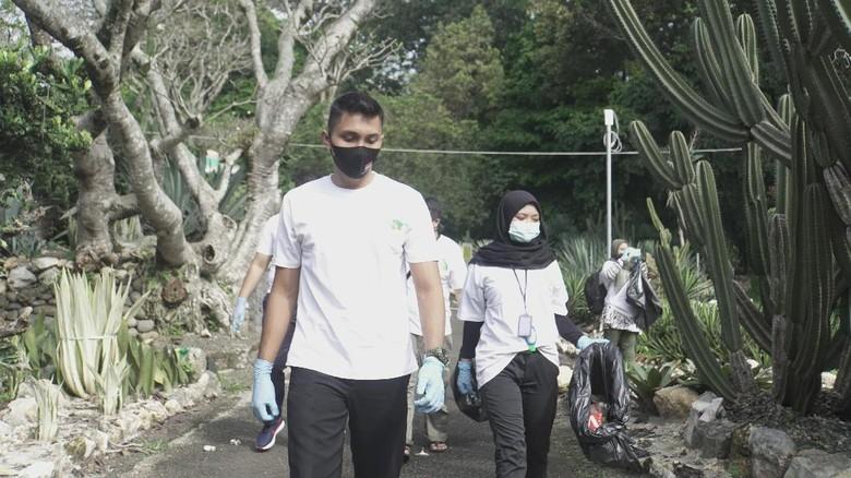 Kebun Raya Bogor dibersihkan dari sampah plastik