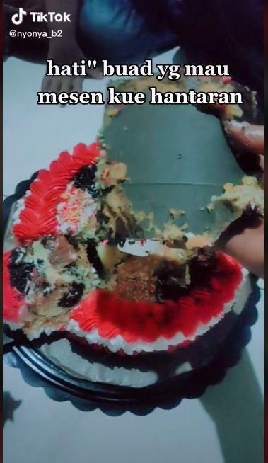 Kena Zonk! Beli Kue Cantik di Foto, Aslinya Ada Lapisan Kardusnya