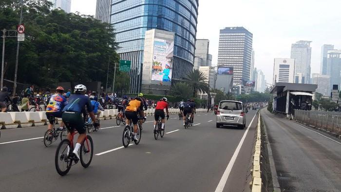 Masih ada pesepeda gowes di jalur kanan Sudirman-Thamrin, Minggu (30/5/2021).
