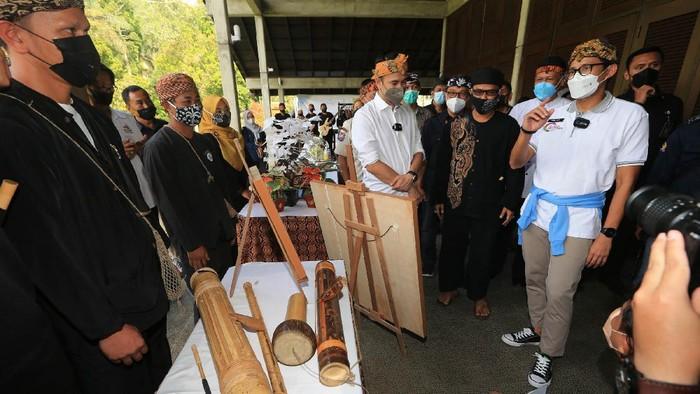 Menteri Pariwisata dan Ekinomi Kreatif Sandiaga Uno melakukan sosialisasi Anugerah Desa Wisata Indonesia 2021. Kegiatan ini untuk pengembangan kepariwisataan Indonesia.