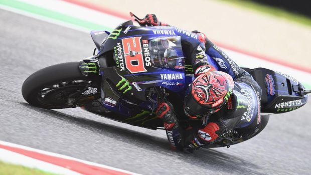 SCARPERIA, ITALY - MAY 29:  Fabio Quartararo of France and Monster Energy Yamaha MotoGP Team rounds the bend  during the MotoGP Of Italy - Qualifying at Mugello Circuit on May 29, 2021 in Scarperia, Italy. (Photo by Mirco Lazzari gp/Getty Images)