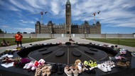 Aksi Mengenang 215 Jasad Anak Terkubur di Bekas Sekolah Kanada