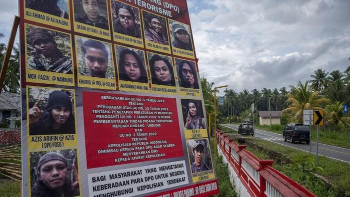 Baliho yang menampilkan Daftar Pencarian orang (DPO) anggota Mujahidin Indonesia Timur (MIT) Poso di Desa Tambarana, Poso Pesisir Utara, Kabupaten Poso, Sulawesi Tengah, Rabu (23/12/2020) (ANTARA FOTO/Basri Marzuki/aww)