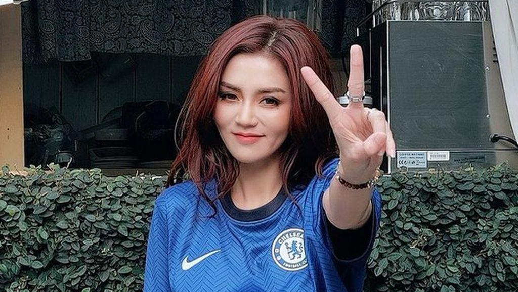 Foto: Model Thailand yang Hobi Tampil Seksi dengan Jersey Chelsea