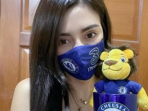Model Thailand Tampil Topless Saat Dukung Tim Sepak Bola Chelsea