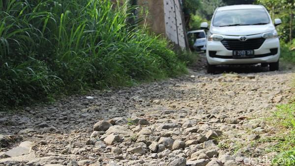 Tak jauh dari kawasan TNGGP kondisi jalan justru masih berbatu dan hanya bisa dilewati sebuah mobil minibus atau kendaraan lain yang lebih kecil.
