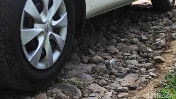 Kondisi yang tak terbayangkan lagi adalah saat hujan turun, di mana jalan akan menjadi licin dan lubang tak terlihat jika tertutup air.