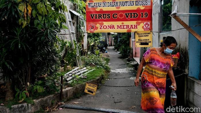 Sebuah gang di Srengseng Sawah, Jakarta Selatan, dilockdown. Penerapan micro lockdown itu dilakukan usai ditemukannya klaster COVID-19 di kawasan tersebut.