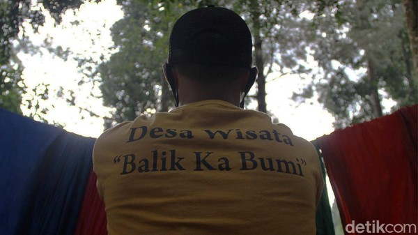 Warga yang telah diedukasi soal pelestarian hutan dan Elang Jawa juga turut berperan berbagi cerita kepada pengunjung yang datang. Hal ini bertujuan agar pengunjung juga turut menjaga kelestarian hutan dan mengenal Elang Jawa.