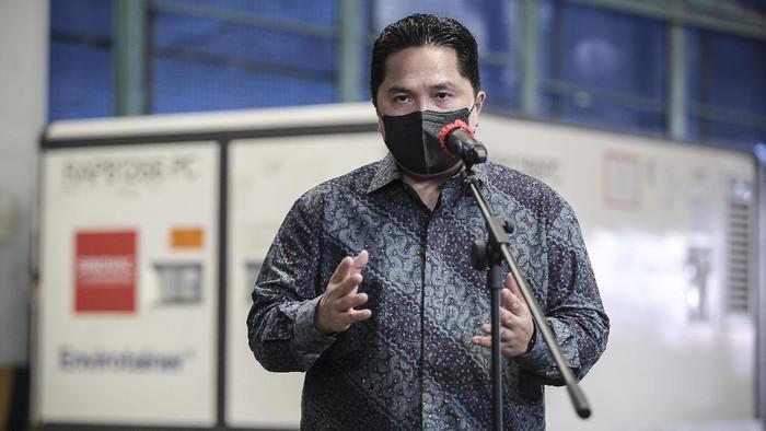 Menteri BUMN Erick Thohir menyampaikan keterangan pers saat menyambut kedatangan vaksin COVID-19 di Teminal Cargo Bandara Soekarno Hatta, Tangerang, Banten, Senin (31/5/2021). Sebanyak delapan juta dosis vaksin COVID-19 Sinovac kembali tiba di Indonesia dan selanjutnya akan dilakukan proses produksi oleh Bio Farma. ANTARA FOTO/Dhemas Reviyanto/rwa.
