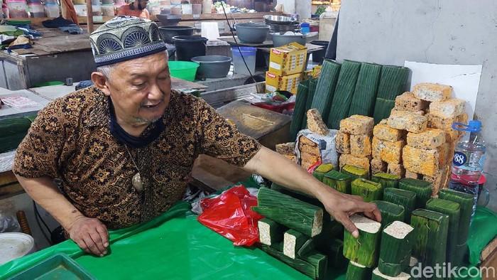 Pedagang tahu dan tempe di Pasar Kosambi, Kota Bandung, Jawa Barat kembali berjualan. Mereka terpaksan menaikan harga karena harga kedelai yang mahal.