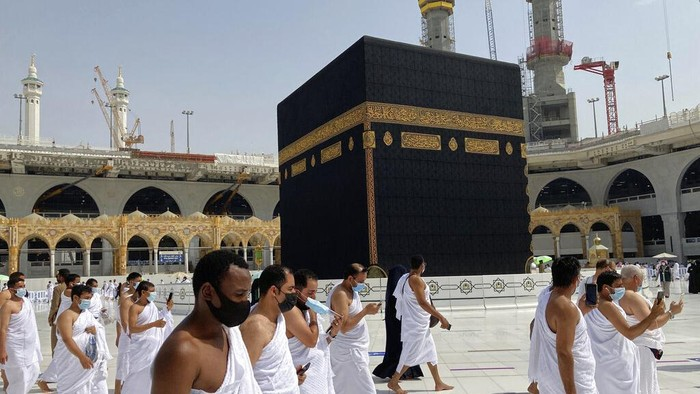 Jemaah di Masjidil Haram, Minggu (30/5/2021) (AP Photo/Amr Nabil)
