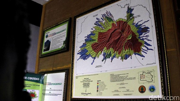 Kawasan Pusat Konservasi Elang Jawa Cimungkad ini pun merupakan alih fungsi lahan dari hutan produksi menjadi hutan konservasi, di mana pihak taman nasional merangkul dan mengedukasi warga setempat untuk turut serta melestarikan alam demi kebaikan bersama.