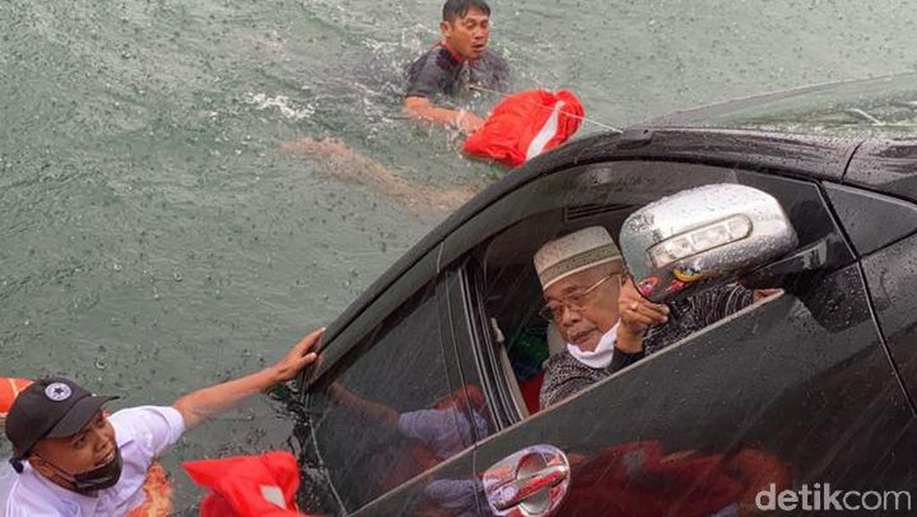 Dramatis! Tercebur, Kakek-Nenek Selamat dari Insiden Maut di Danau Toba