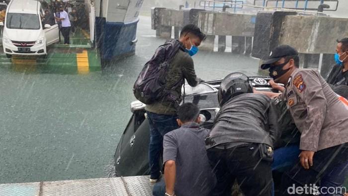 Mobil tercebur di Danau Toba saat keluar dari keluar dari kapal (dok Polda Sumut)