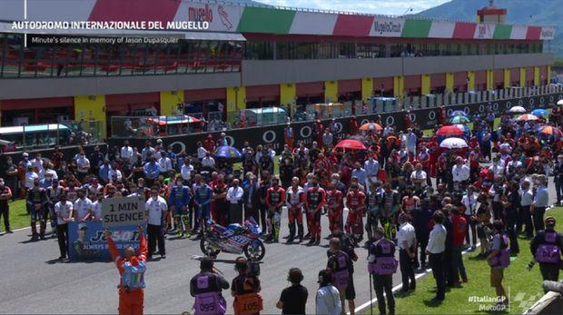 Pembalap Moto3 Jason Dupasquier meninggal dunia di rumah sakit usai kecelakaan di Sirkuit Mugello. Para pembalap MotoGP pun berduka dan memberi penghormatan terakhir untuk Jason.