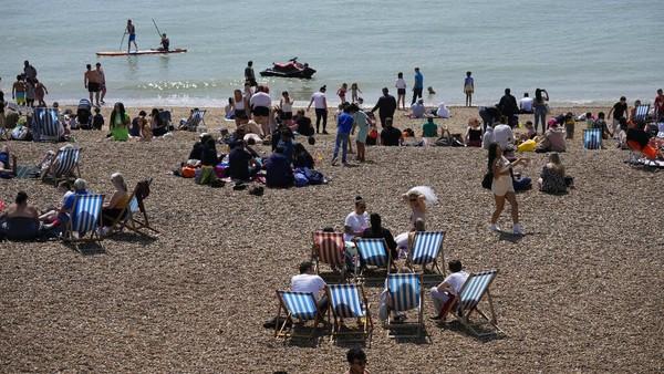 Libur akhir pekan dan pelonggaran pembatasan akibat pandemi dimanfaatkan warga Inggris untuk mengunjungi pantai.