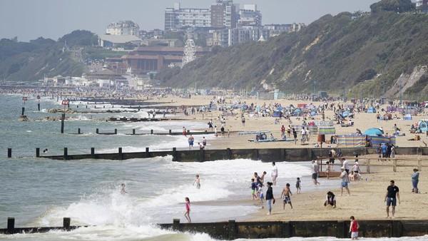 Cuaca hangat yang menyebar ke seluruh Inggris saat musim panas dimanfaatkan warga untuk mengunjungi pantai.