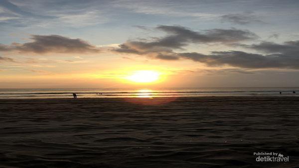 Pantai Double Six bisa jadi pilihan wisata untuk para Scorpio. Destinasi ini menjadi kawasan untuk menikmati keindahan sunset yang cantik. (Fotodetik)