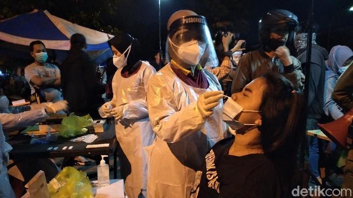 Satgas COVID-19 Solo menggelar rapid test antigen dadakan di Alun-alun Kidul Solo, Senin (31/5/2021).