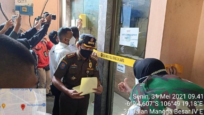 Satpol PP DKI Jakarta menutup hotel di Jakarta Barat terkait prostitusi anak