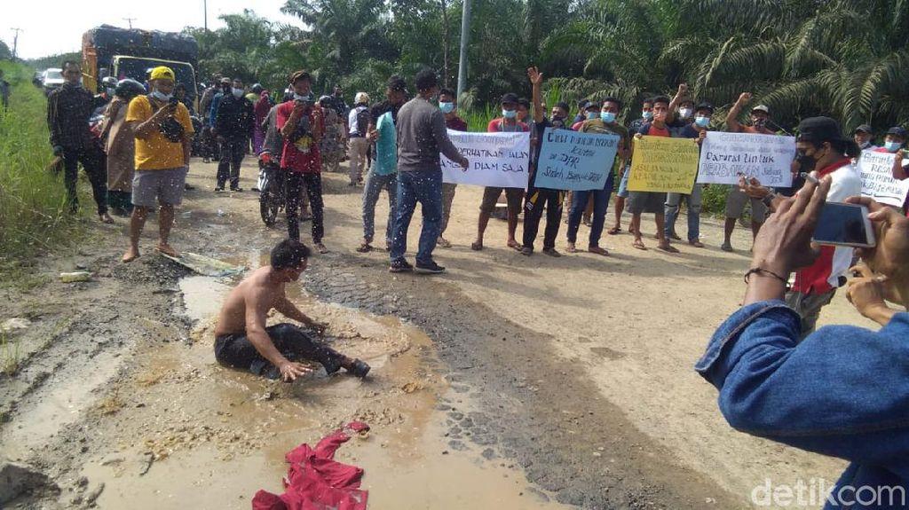 Warga Jambi Protes Pemda Tak Perbaiki Jalan 13 Km Rusak Bertahun-tahun