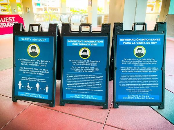 Kebijakan baru dikeularkan Universal Orlando. Para tamunya tidak lagi mengenakan masker, asal mereka terbukti telah divaksinasi.