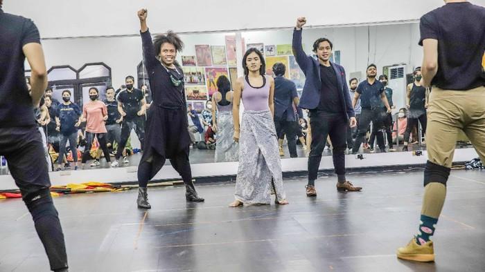Program online Mencari Siti akhirnya berhasil menemukan seniman-seniman muda berbakat Indonesia. Mereka terpilih untuk tampil dalam serial musikal Nurbaya.