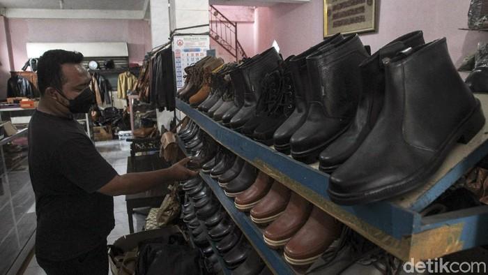 Sentra kerajinan kulit di Bantul, DIY, turut terdampak pandemi COVID-19. Meski begitu, para perajin tetap berkarya dan produksi kerajinan kulit di kala pandemi.