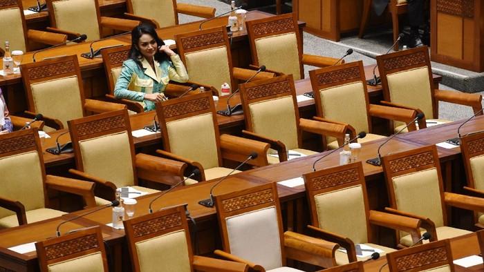 Anggota DPR Krisdayanti mengikuti rapat paripurna DPR di Kompleks Parlemen, Senayan, Jakarta, Senin (31/5/2021). Rapat paripurna itu beragendakan pembacaan tanggapan pemerintah terhadap pandangan fraksi-fraksi DPR atas Kerangka Ekonomi Makro (KEM) dan Pokok-Pokok Kebijakan Fiskal (PPKF) RAPBN tahun anggaran 2022. ANTARA FOTO/Hafidz Mubarak A/rwa.