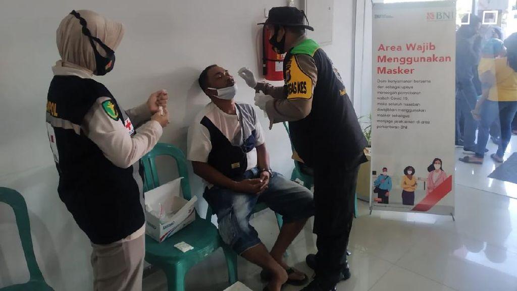 Polres Lombok Tengah Gelar Swab Antigen Acak ke Nasabah Bank