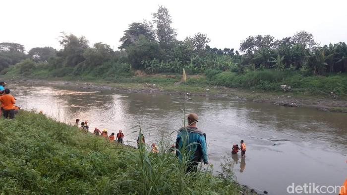 Tim gabungan mencari ABG yang hanyut di Bengawan Solo, Senin (31/5/2021)