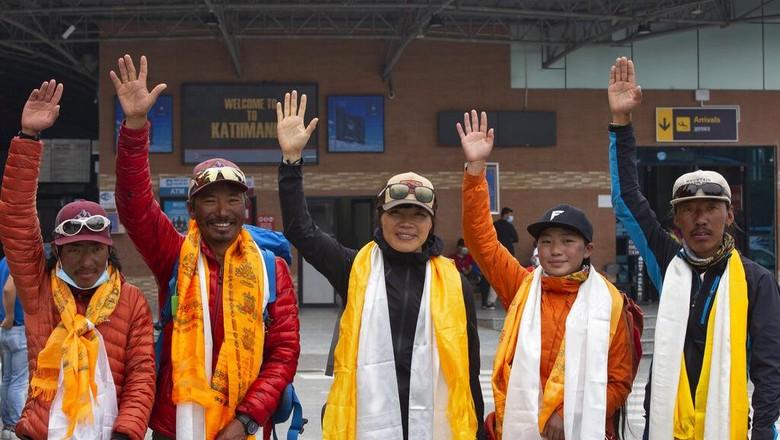 Tsang Yin-hung, 45, pendaki perempuan Hong Kong yang sukses catat rekor pendakian tercepat Gunung Everest di antara pendaki putri. Dia cuma membutuhkan waktu 25 jam dan 50 menit (AP Photo/Bikram Rai)