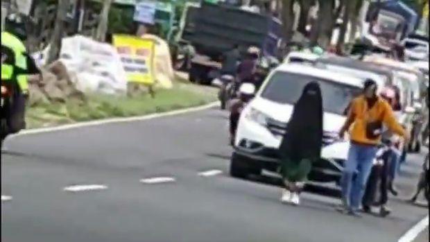 viral wanita berjalan di tengan jalan