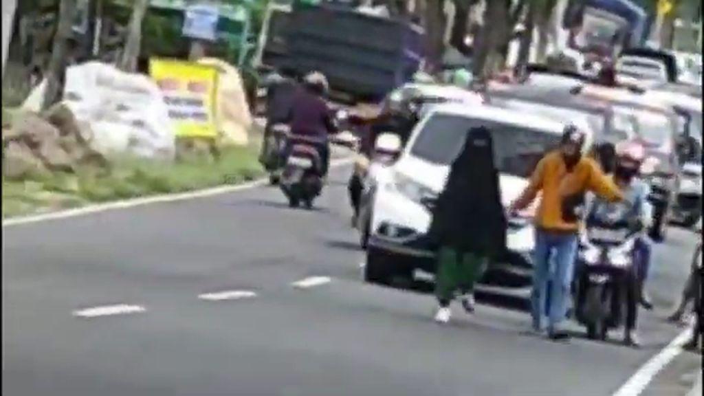 Ini Lokasi Perempuan Bercadar Berjalan di Tengah Jalan Bikin Macet Magetan