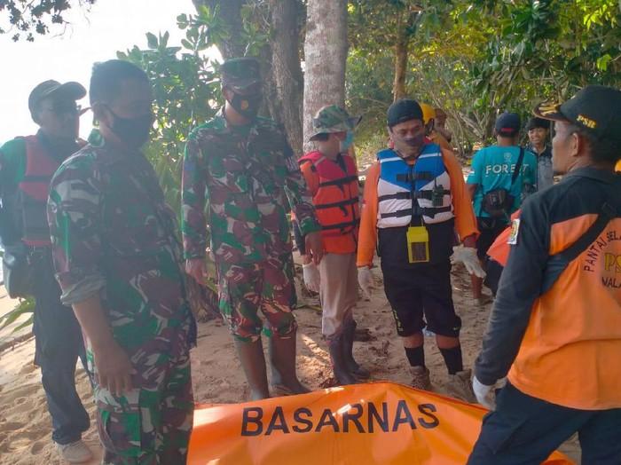 Seorang wisatawan tewas saat berkunjung ke kawasan pantai Malang Selatan. Ia tewas terempas ombak hingga jatuh dari atas tebing setinggi 15 meter.