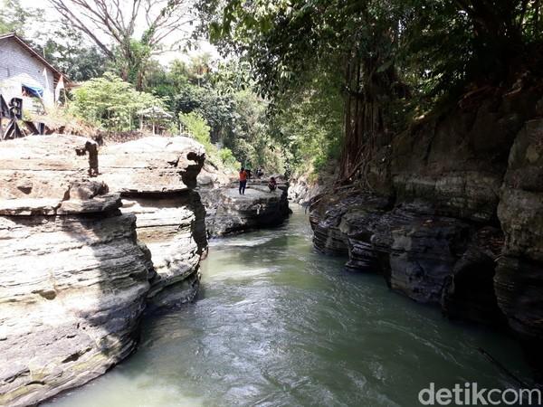 Menyusuri Batu Kapal, wisatawan akan disuguhi pemandangan aliran Sungai Opak yang melintasi bebatuan.