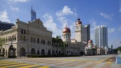 Malaysia kembali memberlakukan lockdown untuk menekan ledakan kasus COVID-19. Kuala Lumpur yang umumnya lalu lalang kini lengang bak kota mati.