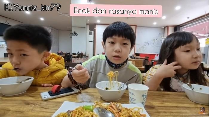 Bocah Korea Cicip Mie dan Tempe Goreng