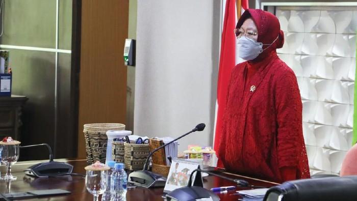 Menteri Sosial (Mensos) Tri Rismaharini mengikuti Upacara Peringatan Hari Lahir Pancasila secara virtual yang dipimpin oleh Presiden Koko Widodo (Jokowi) di Gedung Pancasila, Kompleks Kementerian Luar Negeri, Jakarta Pusat, (1/6/2021).