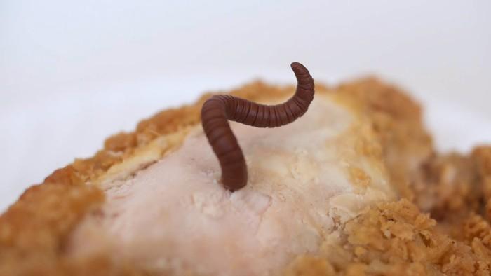 Jijik! Asyik Makan Burger, Wanita Ini Baru Sadar Burgernya Penuh Belatung