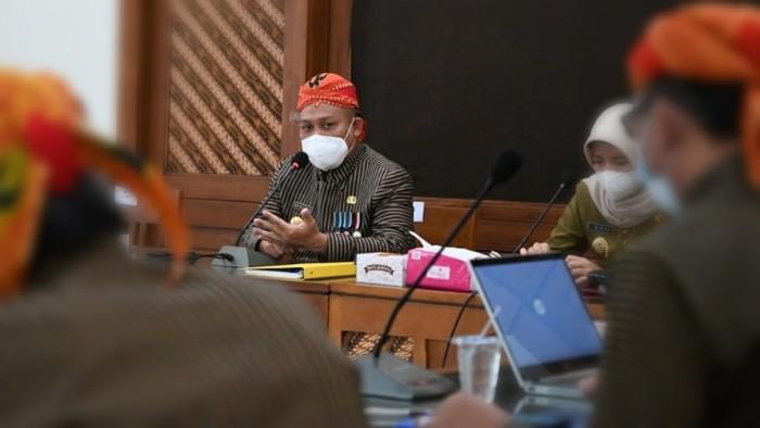 Pemerintah Kabupaten Kebumen memberlakukan Penerapan Pembatasan Kegiatan Masyarakat (PPKM) Mikro selama 14 hari ke depan. Hal tersebut dilakukan lantaran kasus COVID-19 di Kebumen naik dua kali lipat dalam tiga hari terakhir.