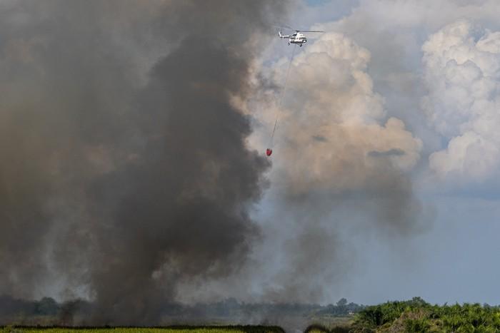 Helikopter MI-18MAT milik Badan Nasional Penanggulangan Bencana (BNPB) memadamkan kebakaran lahan dari udara (water boombing) di Desa Talang Pangeran Ulu (TPU), Pemulutan Barat, Ogan Ilir (OI), Sumatera Selatan, Selasa (1/6/2021). BPBD Provinsi Sumatera Selatan mengerahkan dua helikopter water boombing MI-18MTV dan MI-18MAT untuk pemadaman dari udara karena tidak adanya akses untuk pemadaman dari darat. ANTARA FOTO/Nova Wahyudi/rwa.