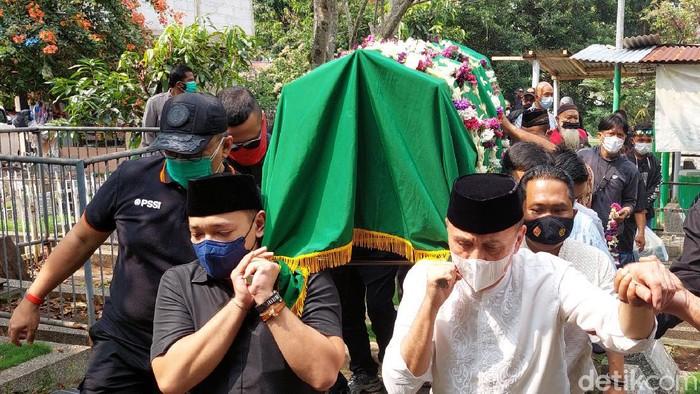 Ketua Umum PSSI M Iriawan antarkan ibundanya ke tempat peristirahatan terakhirnya.
