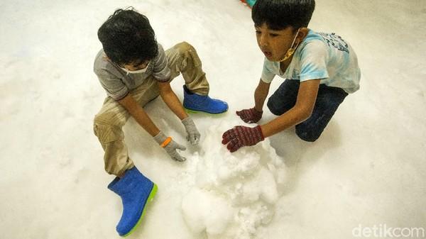 Di sini pengunjung dapat bermain salju serasa seperti di St Moritz, Switzerland.