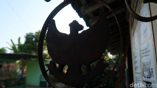 Salah satu lambang Garuda terpasang salah satu sudut rumah.