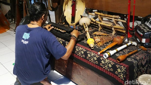 Di Rumah Garuda juga terdapat karya seni dan alat-alat musik etnik Nusantara, kemudian buku-buku, video dan sejumlah foto.